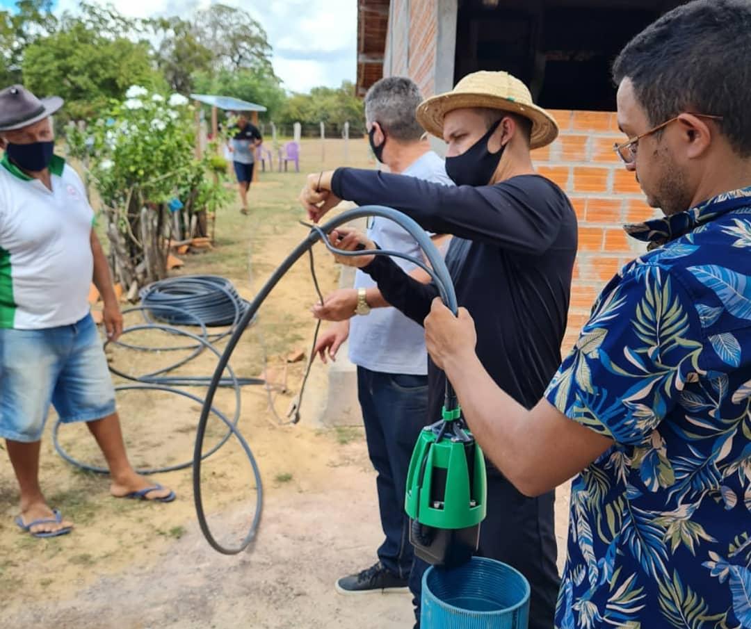 Instalação das placas fotovoltaicas na comunidade Barbosa, José de Freitas (foto: Instagram @canindesolar)